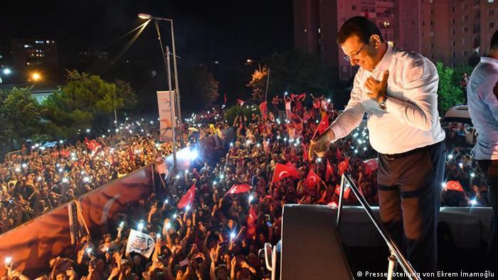 Екрем Імамоглу виступає перед своїми прихильниками у Стамбулі