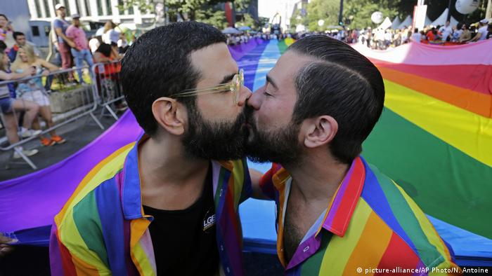 Two men kiss during a gay pride parade (23.06.19 AP/Nelson Antoine)