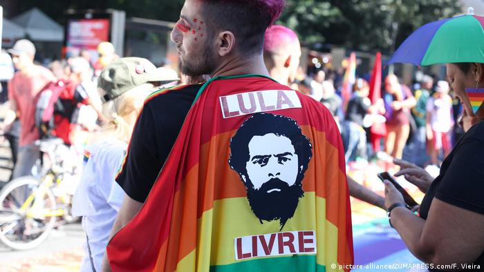 A man wears a Free Lula flag at the 2019 Gay Pride Parade in Sao Paulo, Brazil (picture-alliance/ZUMAPRESS.com/F. Vieira)