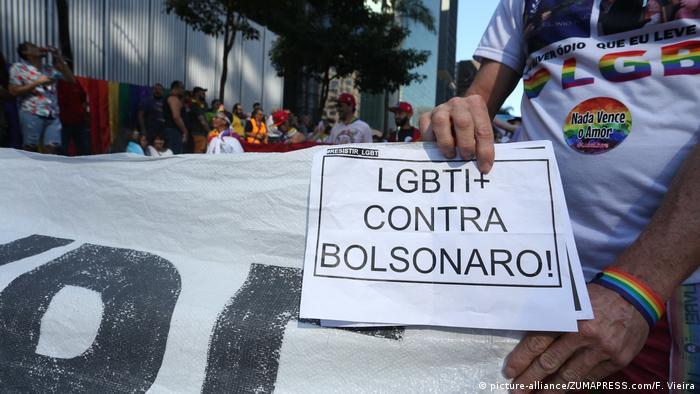 Rapaz segura cartaz com a frase LGBTI+ contra Bolsonaro durante a parada gay de São Paulo em 2019