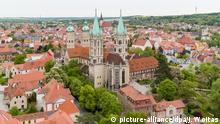 ARCHIV - 04.05.2018, Sachsen-Anhalt, Naumburg: Der Naumburger Dom ist im Zentrum der Altstadt zu sehen (Luftaufnahme mit einer Drohne). (zu dpa «Unesco-Welterbe Naumburger Dom zieht mehr Besucher an») Foto: Jan Woitas/dpa-Zentralbild/dpa +++ dpa-Bildfunk +++ | Verwendung weltweit