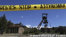 Police tape hangs near a mine shaft were two dead bodies were found in Cyprus (picture-alliance/dpa/P. Karadjias)