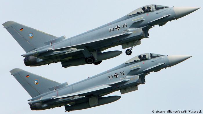 Deutschland Bundeswehr Eurofighter (picture-alliance/dpa/B. Wüstneck)