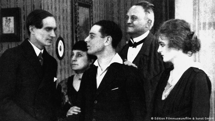 Cena do filme Diferente dos outros (1919)
