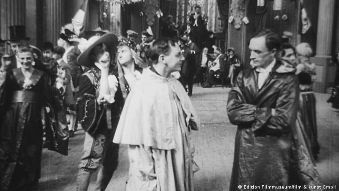 Cena de baile de homossexuais no filme Diferente dos outros (1919)