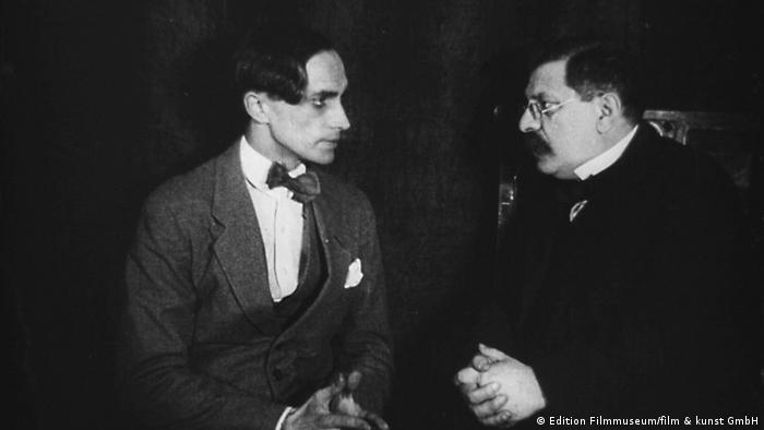Conrad Veidt (esq.) e Magnus Hirschfeld em cena do filme Diferente dos outros (1919)