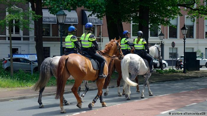 Dutch mounted police in The Hague (picture-alliance/dpa/ZB)