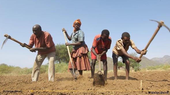 Ethiopian farmers use sharp tools to prepare land for cultivation. (Photo: Helge Bendl)