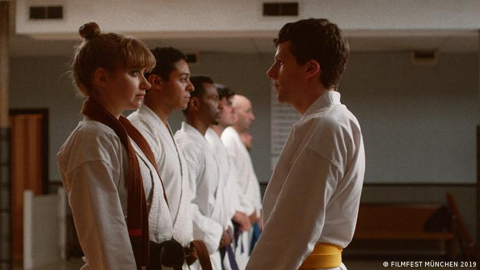 A teacher in judo garb faces students in a still from THE ART OF SELF-DEFENSE (FILMFEST MÜNCHEN 2019)
