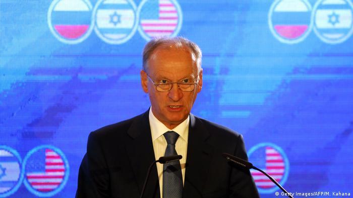 نیکولای پاتروشف، دبیر شورای امنیت ملی روسیه، در حال سخنرانی در نشست سهگانه روسیه، اسرائيل و آمریکا در اورشلیم درباره امنیت خاورمیانه