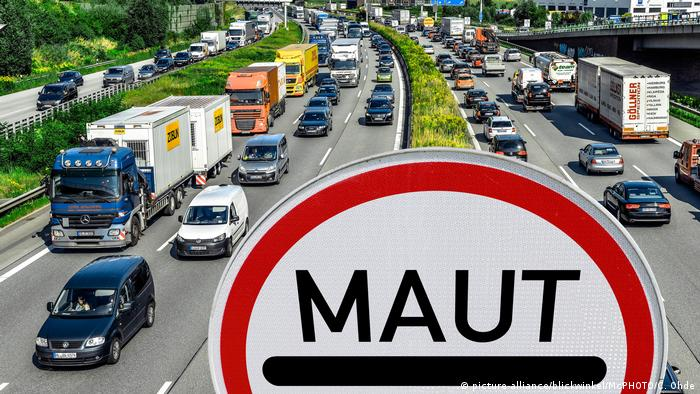 A sign with the German word for toll road on a highway in Hamburg, Germany (picture-alliance/blickwinkel/McPHOTO/C. Ohde)