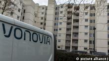Ein Fahrzeug des Wohnungsunternehmens vonovia steht vor einem Wohnblock in Bonn.   Verwendung weltweit