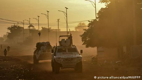 বাংলাদেশের সাঁজোয়া যানের সংখ্যা ১২৩০টি, মিয়ানমারের ১৩০০টি৷ (picture-alliance/dpa/MAXPPP)