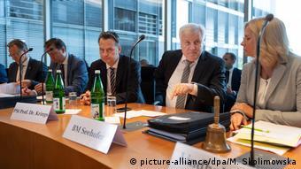 Ο Χορστ Ζεεχόφερ στην κοινοβουλευτική Επιτροπή Υποθέσεων της Εσωτερικής Πολιτικής