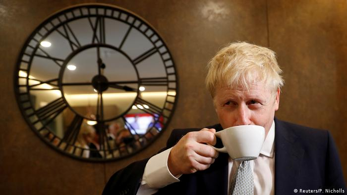 Boris Johnson in einem Teeladen in Oxshott (Reuters/P. Nicholls)