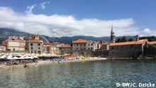 Juni 2019 Badeort Budva an der Adria, Strand vor der Altstadt