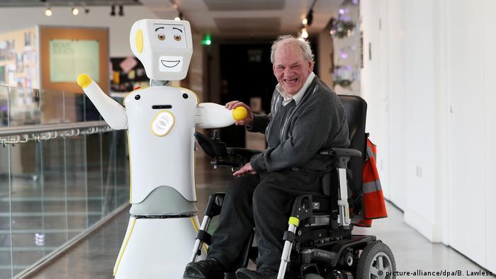 Robot con hombre en un asilo