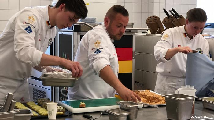 The German national team prepares for the Olympics of the culinary cooking world during a test lunch in Potsdam (DW/S. Hucal)