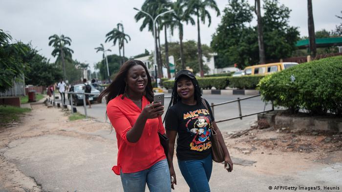 Studentinnen der Universität Lagos (Nigeria) mit einem Smartphone