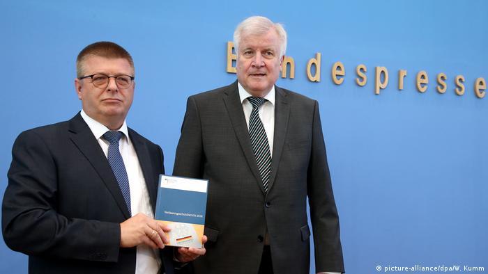 هورست زهوفر، وزیر کشور (راست) و توماس هالدنوانگ، رئیس سازمان امنیت داخلی آلمان، در حال معرفی گزارش سال ۲۰۱۸