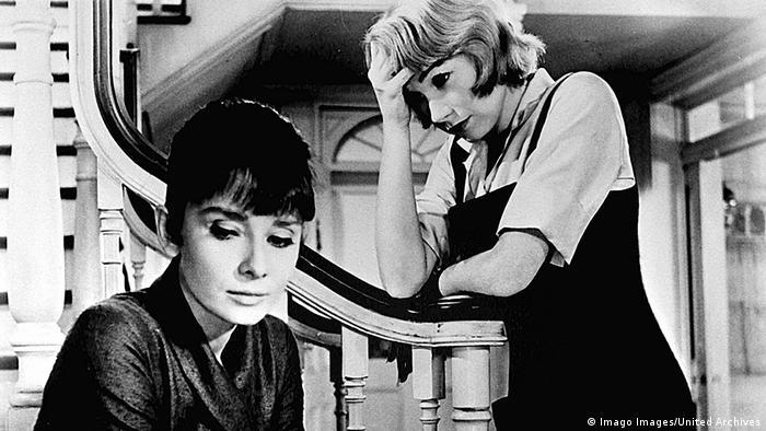El tema de Infamia es la homosexualidad de dos maestras. Shirley MacLaine interpreta a una maestra lesbiana de escuela primaria, infelizmente enamorada en su colega (Audrey Hepburn). Este fue el segundo intento del director William Wyler para abordar esta historia.