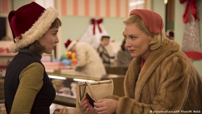 Filmstill aus Carol zeigt die Schauspielerin Rooney Mara als Therese Belivet und Cate Blanchett im Pelzmantel als Carol.
