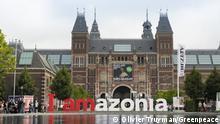 """Letreiro """"I Amazonia"""" em frente ao Rijksmuseum em Amsterdã"""