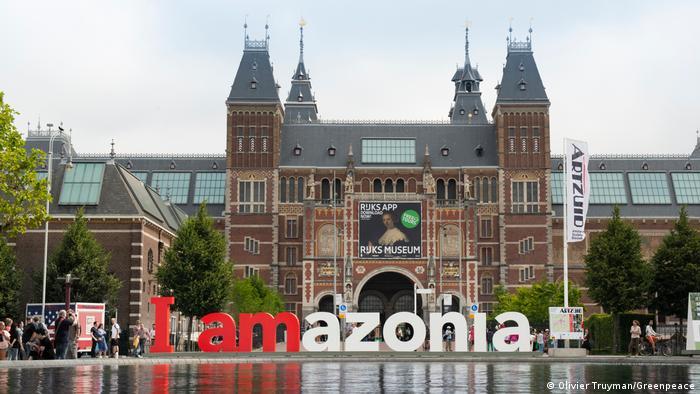 Letreiro I Amazonia em frente ao Rijksmuseum em Amsterdã