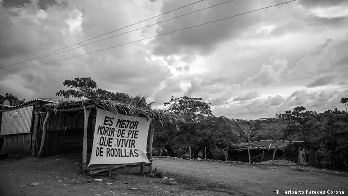 El México indígena ha vivido los últimos 100 años con el legado de Emiliano Zapata: Es mejor morir de pie que vivir de rodillas. La comunidad de Ostula vive en un territorio inmenso con sierra y costa, y lo ha defendido exitosamente de poderosas organizaciones criminales, de intereses políticos, y sin abandonar sus propias tradiciones. Un ejemplo a seguir para otras comunidades indígenas.