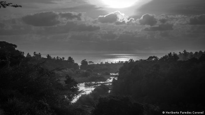 El fotógrafo alude con esta imagen a un sueño que tuvo Yolanda, una pobladora de Santa María Ostula. Bajé siguiendo el río Ostula, cientos de palmeras me precedieron y antes de llegar al mar en donde el agua dulce se confundía con la salada, vi pelícanos y garzas que cruzaban el aire. Heriberto Paredes invitó a visitar la región que ahora goza de paz y tranquilidad.