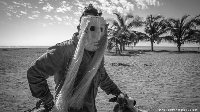 El xayacate es el guerrero que lucha por que la comunidad se mantenga unida y fuerte para enfrentar cualquier desafío. La comunidad que habita el amplio territorio de Ostula ha ido construyendo una cosmogonía que difiere de la visión entre bien y mal de Occidente. Los xayacates, o indios rebeldes no aceptan la dicotomía entre lo bueno y lo malo y luchan contra esa simplista visión.