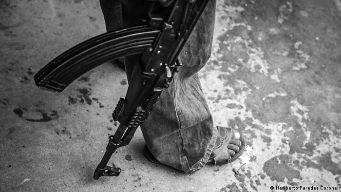 El fotoperiodista mexicano Heriberto Paredes, retrató a la comunidad nahua de Santa María Ostula, en Michoacán. Se encuentra en la zona costera del Pacífico mexicano, y es posiblemente una de las regiones más ricas en recursos naturales de la entidad. La comunidad lleva décadas en pie de lucha por la defensa de sus territorio, unas 1.250 hectáreas,