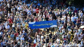 Χιλιάδες άτομα συμμετείχαν χθες στο Κάσελ σε συγκέντρωση ενάντια στην ακροδεξιά βία