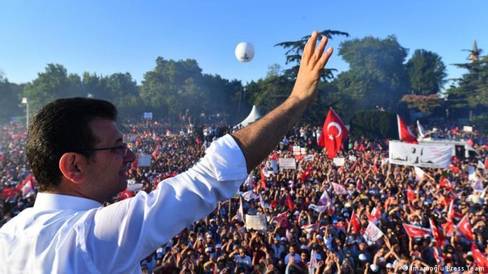 Türkei | Neuer Bürgermeister von Istanbul Ekrem İmamoğlu spricht zu Unterstützern (İmamoğlu Press Team)