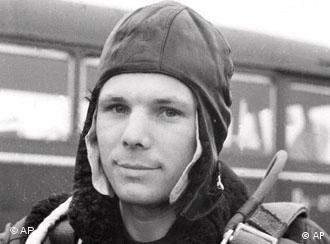 First Soviet cosmonaut Yuri Gagarin holds his parachute during training near Kirzhach, Russia, in this February 1963 photo. In 108 minutes on April 12, 1961, the 27-year-old Gagarin made man's first orbit of the Earth. (AP Photo) (Bild für Kalenderblatt)
