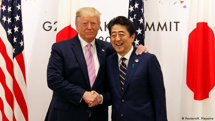 Trump s domaćinom, japanskim premijerom Shinzom Abeom