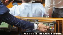 Ukraine Kiew Parlament Abgeordeneter drückt Abstimmungs-Knopf