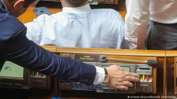 Деякі українські народні обранці отримують понад 100 тисяч гривень на місяць