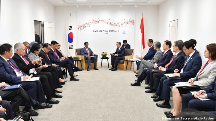 Rais wa indonesia Joko Widodo akikutana na rais wa Korea Kusini pembezoni mwa mkutano wa G20 mjini Osaka.