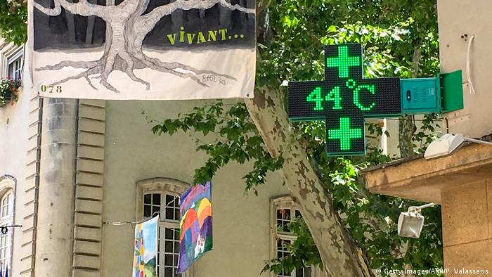 French pharmacy sign showing 44 degrees