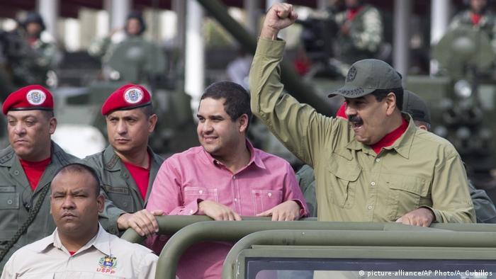 Venezuela Nicolas Maduro mit Sohn Nicolas Maduro Guerra (picture-alliance/AP Photo/A. Cubillos)