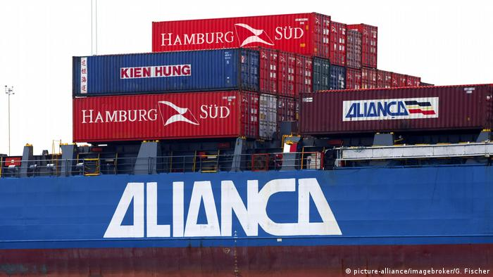 A container ship in a Brazilian port (picture-alliance/imagebroker/G. Fischer)