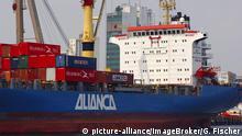 Brasilien Containerschiff der Reederei Alianca im Hafen von Manaus