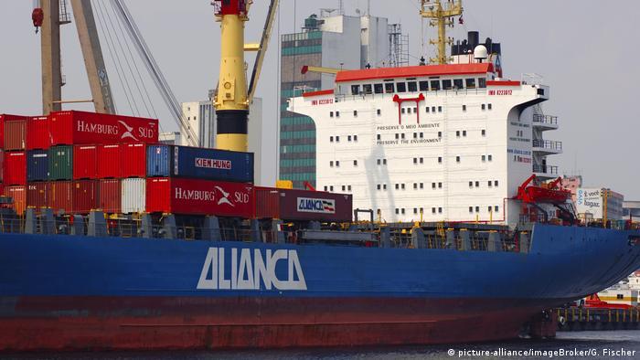 Brasilien Containerschiff der Reederei Alianca im Hafen von Manaus (picture-alliance/imageBroker/G. Fischer)