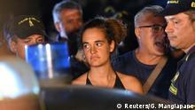 Italien Lampedusa Carola Rackete verlässt in Polizieibegleitung die Sea-Watch 3