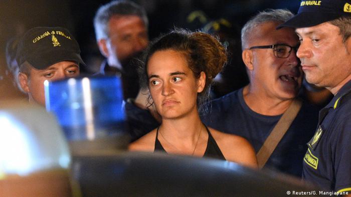 Italien Lampedusa Carola Rackete verlässt in Polizieibegleitung die Sea-Watch 3 (Reuters/G. Mangiapane)