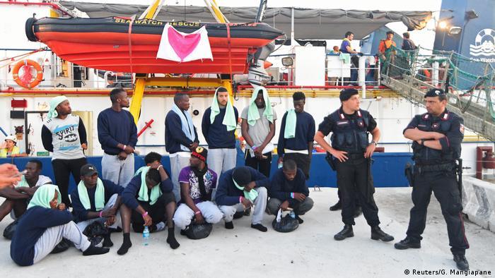 Das Rettungsschiff der deutschen Hilfsorganisation Sea-Watch hat im Hafen der italienischen Insel Lampedusa angelegt