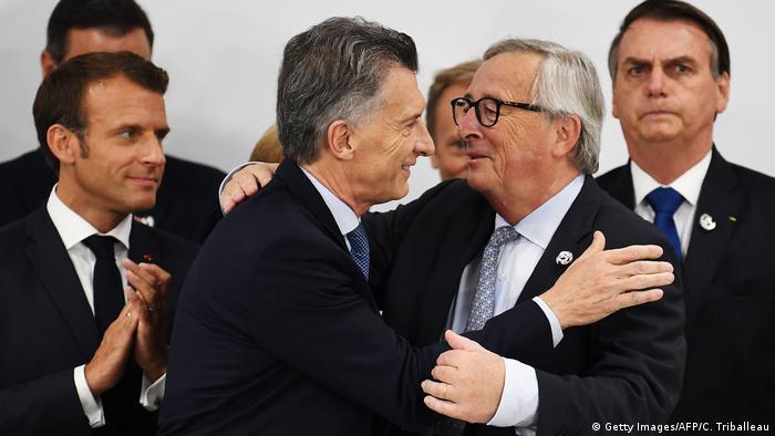 Mauricio Macri, presidente da Argentina, e Jean-Claude Juncker, então presidente da Commissão Europeia, comemoram anúncio do acordo UE-Mercosul, acompanhados dos presidentes da França, Emmanuel Macron, e Brasil, Jair Bolsonaro, em junho, no Japão
