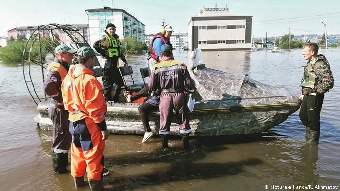 Rettungsboot und Mitarbeiter des russischen Katastrophenschutzes