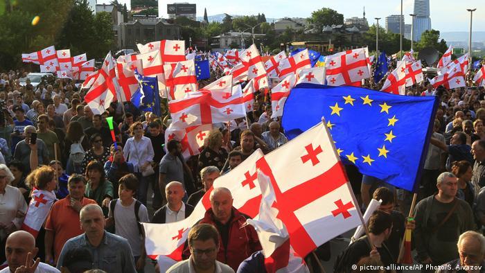 Флаги Грузии и Евросоюза на одной из демонстраций в Тбилиси